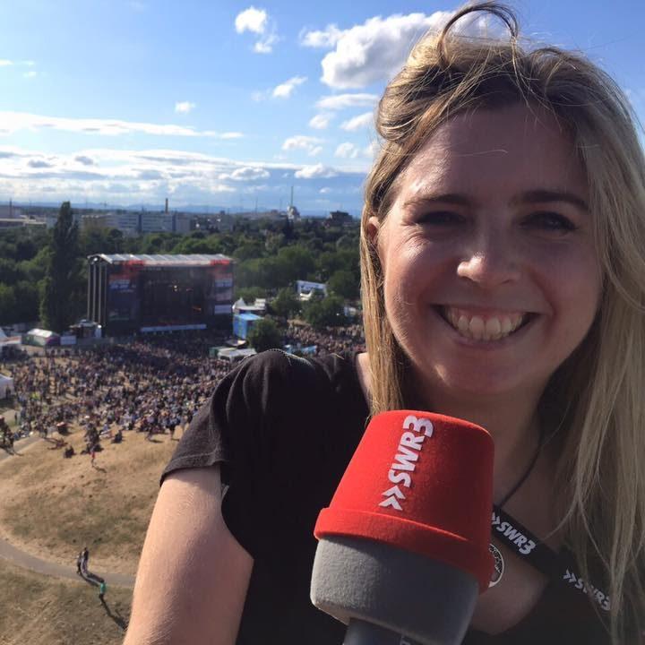 Christine Helmeke hoch über dem Fest in Karlsruhe